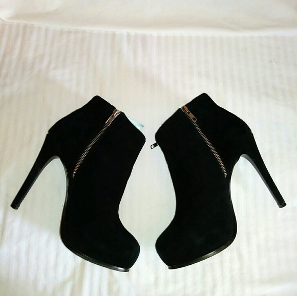 a0dac8a53fa Steve Madden Showie Suede Ankle Booties Size 9.5M